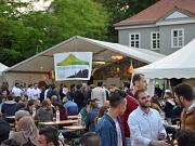Fast 300 Menschen haben sich auf dem Elisabeth-Blochmann-Platz versammelt, um gemeinsam das Marburger Ramadanzelt zu eröffnen.