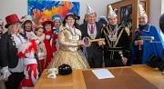 Machtübernahme im Rathaus durch die Narrenschar: OB Dr. Thomas Spies (3. von rechts) übergibt den goldenen Rathausschlüssel.