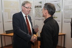Oberbürgermeister Egon Vaupel (links) gratulierte Architekt Dirk Pussert zum ersten Platz des Wettbewerbs.©Heiko Krause, Stadt Marburg