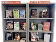 Graues speziell gekennzeichnetes Regal mit Sachbüchern aus der Spiegel Bestsellerliste.