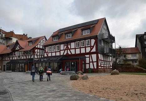 Auch der Außenbereich der Remisen wurde umgestaltet - wo vorher ein Parkplatz war, ist jetzt ein Schulhof.©Universitätsstadt Marburg