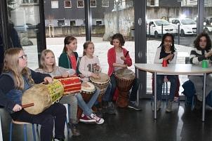 Kinder der Klasse 4a begrüßten die Gäste mit einer Trommelvorführung.©Universitätsstadt Marburg