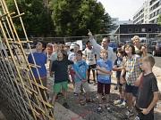 Herr Irgang macht die Schülerinnen und Schülern der Otto-Ubbelohde-Schule auf Details der Sanierung aufmerksam