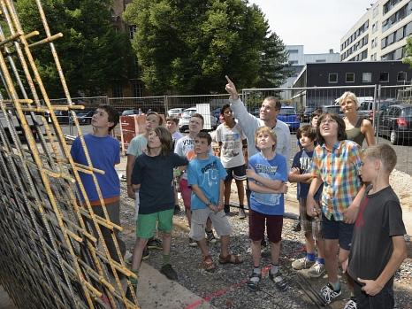 Herr Irgang macht die Schülerinnen und Schülern der Otto-Ubbelohde-Schule auf Details der Sanierung aufmerksam©Georg Kronenberg