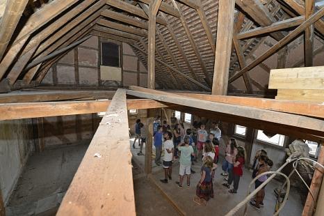 Der mehrere Meter hohe Raum in einem der beiden Gebäude©Georg Kronenberg