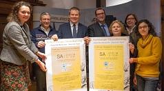 Oberbürgermeister Dr. Thomas Spies (3. von links) stellt zusammen mit Karin Ackermann-Feulner (von links), Dr. Raghdan Baroudi, Dr. Hamdi Elfarra, Erika Lotz-Halilovic, Susanne Hofmann und Rahel Häcker das Programm des dritten Richtsberger Gesundheitstage