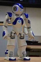 Ein androider Robotor steht auf einem Tisch.©Universitätsstadt Marburg
