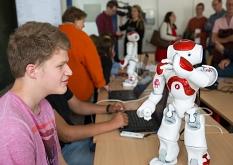 """""""Nao"""" tanzt auf Befehl der Schüler beim Robotikum.©Stadt Marburg, Patricia Grähling"""