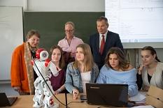 """""""Hallo, ich bin Dodo"""", stellt sich der Roboter Oberbürgermeister Dr. Thomas Spies (rechts) und der ehrenamtlichen Stadträtin Anni Röhrkohl freundlich vor. Schülerinnen haben Dodo während des Praktikums dazu programmiert.©Stadt Marburg, Patricia Grähling"""