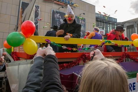 Oberbürgermeister Dr. Thomas Spies und Stadträtin Kirsten Dinnebier werfen beim Rosenmontagszug bunte Kamelle vom Magistratswagen.©Stadt Marburg, Patricia Grähling