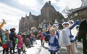 """Rund 25.000 Besucher*innen jubeln dem Rosenmontagszug zu. Die jungen Gardetänzerinnen winken mit fröhlichem """"Helau"""" zurück."""