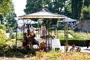 Die Rosenfreunde haben der Stadt Marburg einen Rundpavillon für den Rosengarten gespendet.