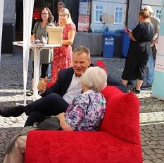 Auf dem Roten Sofa im Gespräch: Oberbürgermeister Dr. Thomas Spies hörte sich von Menschen, denen die Oberstadt am Herzen liegt, Ideen für die zukünftige Gestaltung und Entwicklung des Quartiers an.©Thomas Steinforth, Stadt Marburg