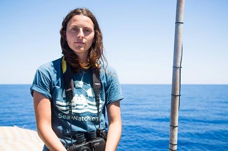 """Ruby Hartbrich setzt sich ehrenamtlich in der Seenotrettung auf dem Mittelmehr extremen psychischen und physischen Belastungen aus, um Schiffbrüchigen medizinische Hilfe zu leisten. Dafür wird sie mit dem """"Marburger Leuchtfeuer"""" 2019 ausgezeichnet.©privat"""