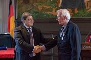 Prof. Dr. Werner Schaal (r.) erhält von Seiner Exzellenz Botschafter Emil Hurezeanu den Rumänischen Nationalorden für Verdienste im Rang eines Offiziers.