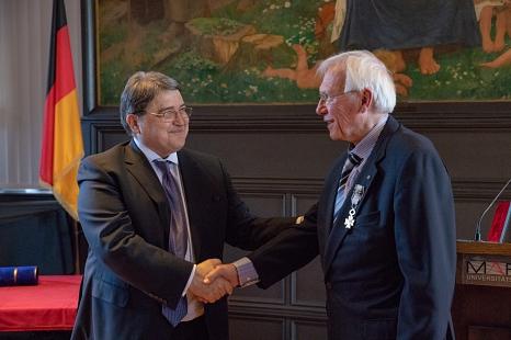 Prof. Dr. Werner Schaal (r.) erhält von Seiner Exzellenz Botschafter Emil Hurezeanu den Rumänischen Nationalorden für Verdienste im Rang eines Offiziers.©Patricia Grähling, Stadt Marburg