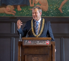 Oberbürgermeister Dr. Thomas Spies gratuliert Prof. Dr. Werner Schaal zu der Verleihung des Rumänischen Nationalordens für Verdienste. Er begrüßte die Ehrung als Zeichen europäischer Verbundenheit.©Patricia Grähling, Stadt Marburg