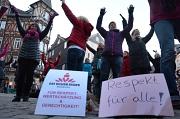 """Rund 150 Männer und Frauen tanzen bei """"One Billion Rising"""" und setzen damit ein Zeichen für Gleichberechtigung und gegen Gewalt an Frauen."""