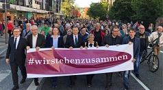 Rund 3000 Menschen nahmen an der Demonstration teil, die angeführt wurde von Oberbürgermeister Dr. Thomas Spies (Mitte), Stadtverordnetenvorsteherin Marianne Wölk (3.v.l.), Monika Bunk sowie (v.r.) Jan Schalauske, Dr. Hamdi Elfarra, Propst Helmut Wöllenst