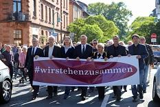 Rund 3000 Menschen nahmen an der Demonstration teil, die angeführt wurde von Oberbürgermeister Dr. Thomas Spies (Mitte), Stadtverordnetenvorsteherin Marianne Wölk (3.v.l.), Monika Bunk sowie (v.r.) Jan Schalauske, Dr. Hamdi Elfarra, Propst Helmut Wöllenst©Simone Schwalm, Stadt Marburg