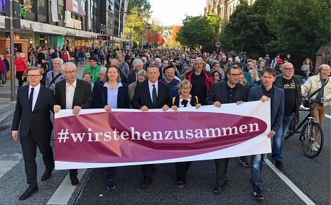 Rund 3000 Menschen nahmen an der Demonstration teil, die angeführt wurde von Oberbürgermeister Dr. Thomas Spies (Mitte), Stadtverordnetenvorsteherin Marianne Wölk (3.v.l.), Monika Bunk sowie (v.r.) Jan Schalauske, Dr. Hamdi Elfarra, Propst Helmut Wöllenst©Birgit Heimrich, Stadt Marburg