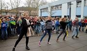 Rund 400 Schüler*innen, Lehrer*innen und weitere Marburger*innen setzten auf dem Schulhof des Philippinums tanzend ein Zeichen gegen Gewalt an Mädchen und Frauen.