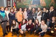 Stadträtin und Schuldezernentin Kirsten Dinnebier (hinten, fünfte von links) begrüßte eine Gruppe Moskauer Schülerinnen und Schüler mit ihren Marburger Gastgeschwistern und den Lehrerinnen im Rathaus.