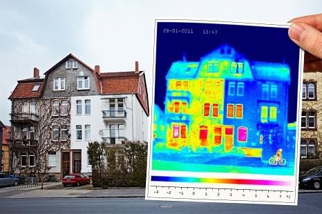 Eine Thermografieaufnahme zeigt, an welchen Stellen ein Haus Heizenergie verliert.