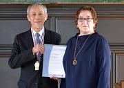 Professor Satoshi Morimoto war sehr gerührt von der Auszeichnung, die ihm Stadträtin Kirsten Dinnebier übergab.