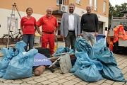 Sonja Stender (v. l.), Organisatorin der Aktion vom DBM, Rudolf Zinser, 2. Vorsitzender der DLRG, Bürgermeister Wieland Stötzel und DBM-Geschäftsführer Joachim Brunnet zeigten, wieviel Müll am Ufer gefunden wurde.