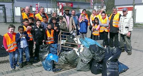 Das Foto zeigt die Aktiven des Sauberhaften Frühjahrsputz 2018 mit gefüllten Abfallsäcken und Sperrgut gemeinsam mit DBM-Betriebsleiter Joachim Brunnet.©DBM