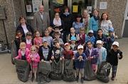Joachim Brunnet (hinten links) bedankte sich bei den Kindern und Erzieherinnen der Kindertagesstätte in der Graf-von-Stauffenbergstraße für ihren Einsatz für eine saubere Umwelt.