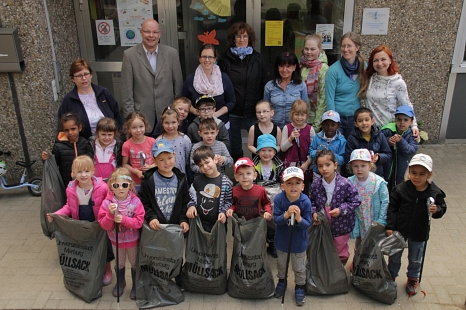 Joachim Brunnet (hinten links) bedankte sich bei den Kindern und Erzieherinnen der Kindertagesstätte in der Graf-von-Stauffenbergstraße für ihren Einsatz für eine saubere Umwelt.©Heiko Krause i. A. d. Stadt Marburg