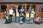 """Auch Schulklassen der Marburger Mosaikschule haben sich an der Aktion """"Sauberhafter Schulweg"""" beteiligt. Dafür dankten ihnen Bürgermeister Wieland Stötzel hinten links) und DBM-Leiter Joachim Brunnet (hinten rechts) herzlich."""