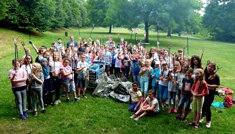 """Am Montag haben rund 120 Mädchen und Jungen der Elisabethschule Abfall entlang der Lahn gesammelt. Sie machen zusammen mit weiteren rund 210 Kindern und Ju-gendlichen aus fünf Marburger Schulen mit bei der Aktion """"Sauberhafter Schulweg"""".©Stadt Marburg, Birgit Heimrich"""