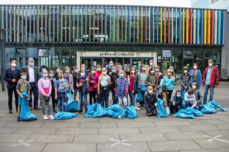 Zwei Schulklassen des Gymnasiums Philippinum kamen mit vielen blauen Säcken zurück. Bürgermeister Wieland Stötzel (2.v.l.), Schulleiter Michael Breinig (l.) und DBM-Betriebsleiter Joachim Brunnet (Mitte hinten) bedankten sich bei den Kindern und Lehrkräft©Freya Altmüller, i. A. d. Stadt Marburg