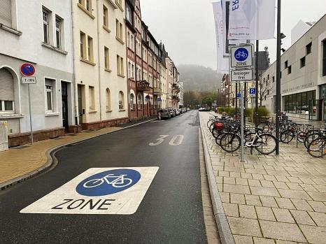 Savignystrasse: Ein Teil des Campusviertels ist nun Fahrradzone. Die Stadt hat in dieser Woche Beschilderungen und Markierungen fertiggestellt.©Universitätsstadt Marburg
