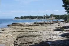 Die Küste bei Savudiija, Boote hängen über Stangen.©By Dguendel - Own work, CC BY 3.0, https://commons.wikimedia.org/w/index.php?curid=46330775