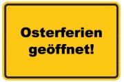 """Ortsschild mit dem Text """"Osterferien geöffnet"""""""