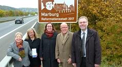 Die neue Beschilderung an der B3a verkündet es: Marburg ist Reformationsstadt 2017. Über das vielseitige Programm im Marburger Lutherjahr freute sich Stadträtin und Kulturdezernentin Dr. Kerstin Weinbach (Mitte) gemeinsam mit (von links) Karin Stichnothe-