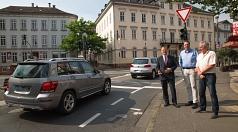 Oberbürgermeister Dr. Thomas Spies (v.l.), Michael Hagenbring und Fachdienstleister Straßenverkehr Harald Schröder beobachten vor Ort, wie der Ampelumbau an der Abbiegespur von der Elisabethstraße in die Ketzerbach den Verkehr deutlich besser fließen läss