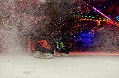 Am 6. Dezember startet das diesjährige Schlittschuhvergnügen im Marburger Eispalast.Unter spacigem Licht sieht man 2 Schlittschuhe und aufspitzendes Eis. (Foto: Nadja Schwarzwäller, i.A.d. Stadt Marburg)©Universitätsstadt Marburg