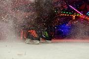 Am 6. Dezember startet das diesjährige Schlittschuhvergnügen im Marburger Eispalast.Unter spacigem Licht sieht man 2 Schlittschuhe und aufspitzendes Eis. (Foto: Nadja Schwarzwäller, i.A.d. Stadt Marburg)