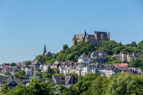 Das Marburger Schloss und die Oberstadt sind umgeben von sattem Grün.©Universitätsstadt Marburg