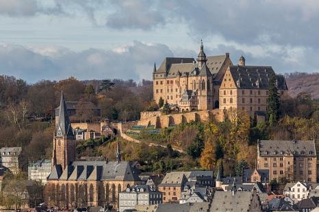Das Marburger Schloss mit Panoramablick auf die Oberstadt und die alte Universität.©Universitätsstadt Marburg