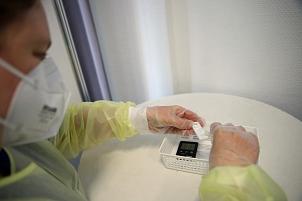 Susanne Koch tropft die Testflüssigkeit in die Testkartusche: Nach 15 Minuten ist das Ergebnis da.©Birgit Heimrich, Stadt Marburg