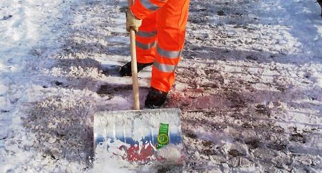 Das Foto zeigt einen Schneeschieber im Einsatz.©DBM, Sonja Stender