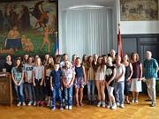 Stadträtin Dr. Kerstin Weinbach (l.) begrüßte 19 Kinder und Jugendliche aus Maribor im Historischen Rathaussaal.