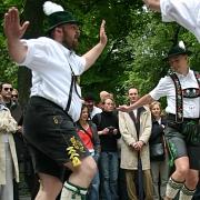 2 Männer in Lederhosen beim Schuhplatten, auch eine Art Body-Percussion.