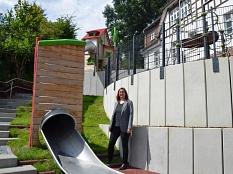 Stadträtin und Schuldezernentin Dr. Kerstin Weinbach freut sich über den umgestalteten Schulhof an der Grundschule Marbach.©Philipp Höhn, Stadt Marburg